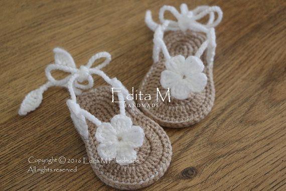Crochet de sandales pour bébé, chaussons bébé, flip fops, sandales gladiateur, chaussons, chaussures, pantoufles, fleur, blanc, beige, idée cadeau, 0-3 mois