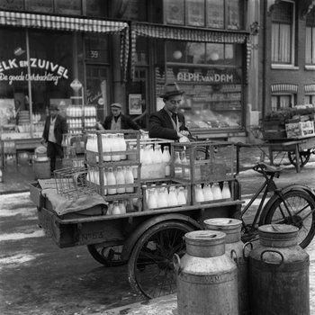 Melkboer met bakfiets vol melkflessen, Amsterdam, 1950