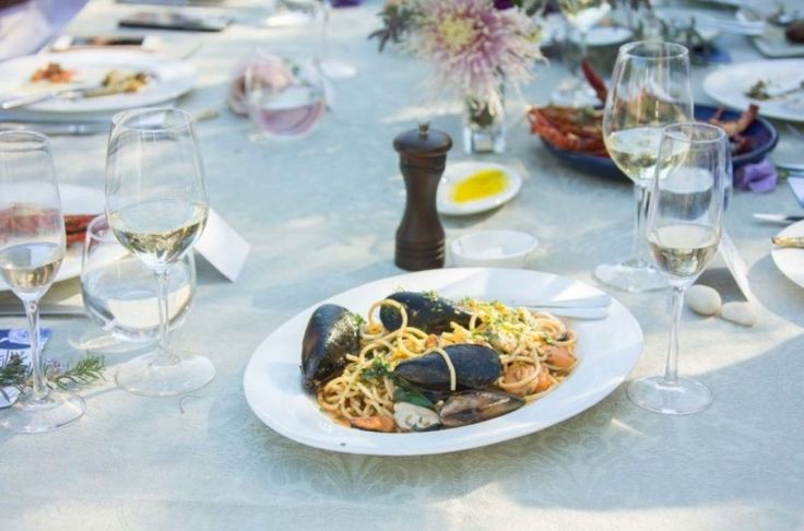 Spaghetti with mussels, chilli, garlic and parsley