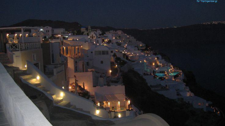Σαντορίνη (Santorini) Το ιδιαίτερο χρώμα του κυκλαδίτικου νησιού σε συνδυασμό με τον παραδοσιακό πασχαλινό εορτασμό δημιουργούν τις προϋποθέσεις για μια αξέχαστη απόδραση. Τη Μεγ.Παρασκευή μπορείτε να ακολουθήσετε την περιφορά του Επιταφίου στον Πύργο, με το χωριό να στολίζεται με μικρά αναμένα λυχναράκια. Το βράδυ της Ανάστασης δε λείπουν τα βεγγαλικά από τις εκκλησίες του νησιού, δημιουργώντας ένα υπερθέαμα. Μπορείτε επίσης να παρακολουθήσετε στα περισσότερα χωριά το κάψιμο του Ιούδα, ενός…