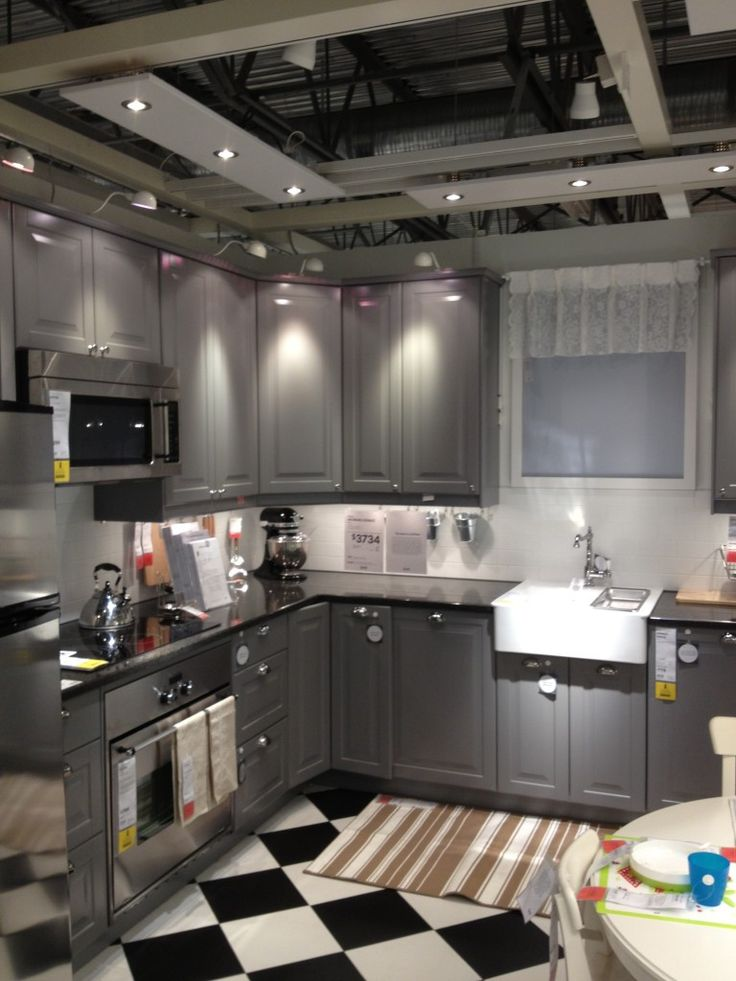LIDINGO gray doors with checkerboard floor Cocina