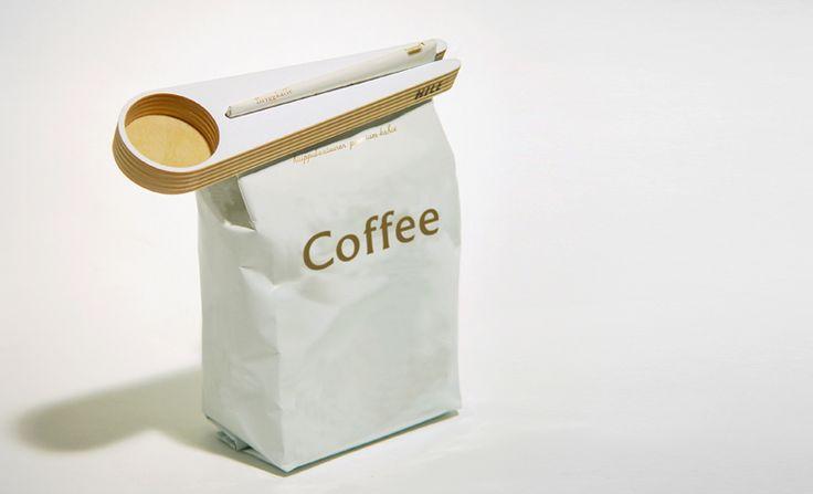 Suomessa valmistettu tyylikäs puinen kahvimitta Kapu. Kahvimitta toimii myös pussinsulkijana.