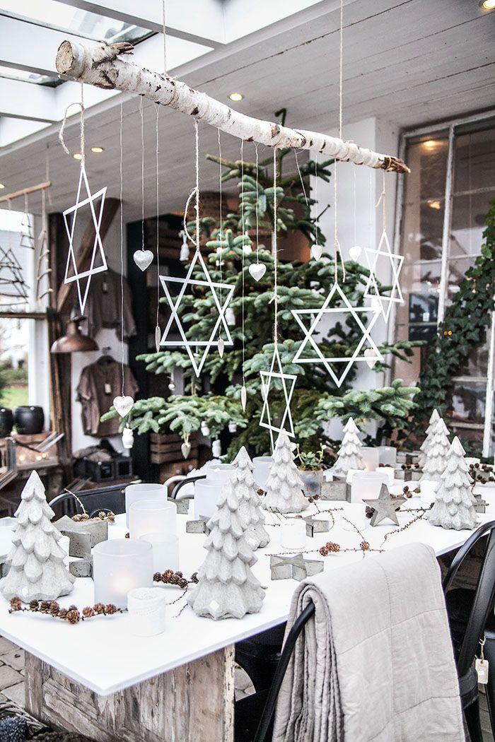 Le lierre et le sapin, deux éléments qui combinés à du blanc, confèrent à une table un aspect magique. Idéal pour Noël #green #decoration #christmas