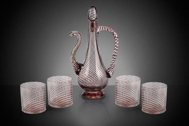 """Ustalık değeri çok yüksek bir cam sanatı tekniği olan çeşm-i bülbül, 18. yüzyıl sonlarında Osmanlı tarafından geliştirildi ve sonrasında da kültürümüzün önemli bir parçası oldu. """"Çeşm-i bülbül"""" farsça kökenli bir sözcük. Türkçede """"bülbül gözü"""" anlamına geliyor.   #Dekorasyon #Çeşm-i bülbül #Cam"""