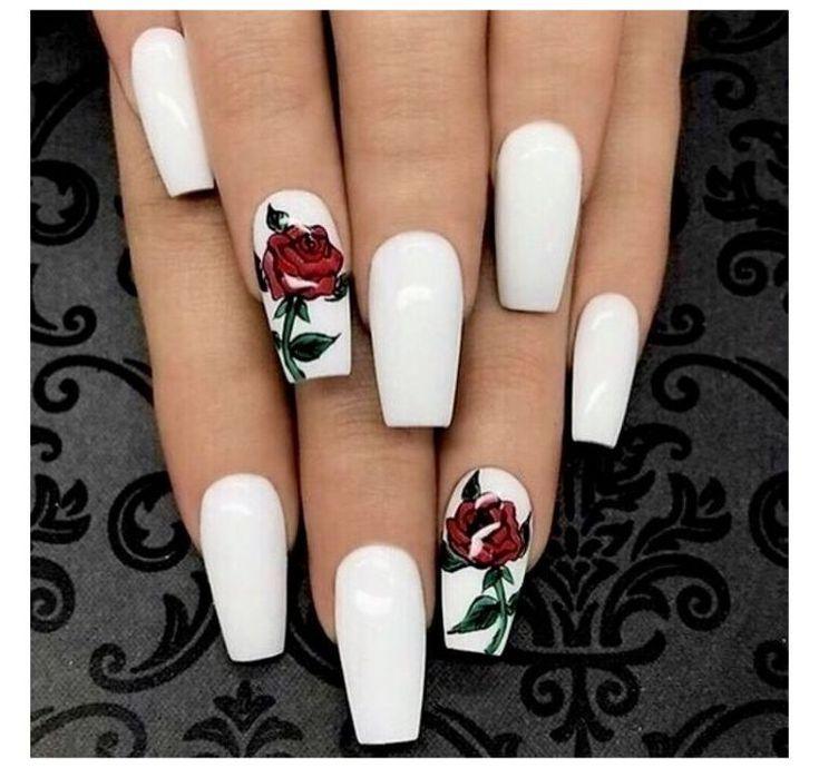 Forme ongle ballerine ou cercueil, la tendance est à la déco en couleur blanche !
