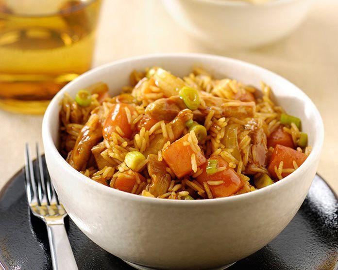 Hoisin kip met worteltjes, lente-uitjes en rijst