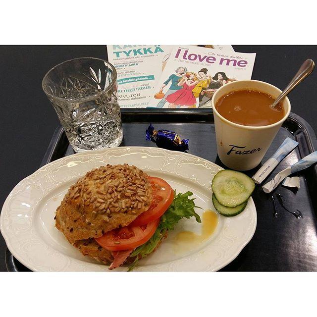 AAMUPALA/VÄLIPALA, ennen 11 ennen Messuja. Kahvia, vettä ja Suolapalaa, että jaksaa.  FAZER kahvila. Tutkin Messuopasta ja lehteä ennakkoon, Olin jo etukäteen suunnitellut Internetin, verkkosivujen kautta Omaa Messukäyntiä. SUOSITTELEN. @fazersuomi #messukeskus #helsinki #messut #hyvinvointi #lifestyle #kahvila #aamupala 💓👌☺