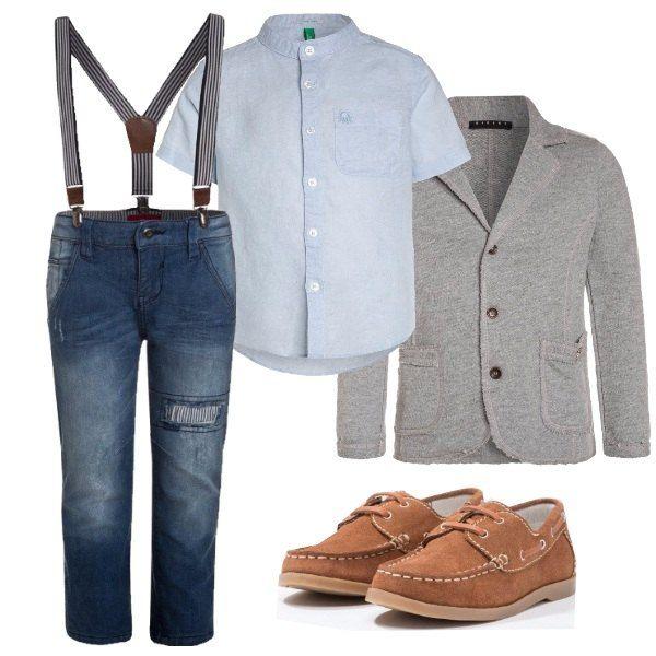 Outfit per bimbo adatto ad una cerimonia o una serata speciale composto da jeans slim fit blu denim con bretelle blu e bianche a righe, camicia blu chiaro in lino e cotone con collo alla coreana e manica corta, giacca grigia in cotone, scarpa in scamosciato marrone stringata.