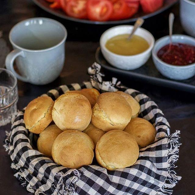 Scones är lättbakade bröd som du snabbt slänger ihop. De kan bli kompakta och tråkiga. Hur gör man världens bästa scones som blir luftiga och perfekta? Recept och tips hittar du i länken i min profil➡@zeinaskitchen