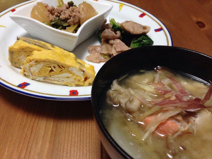 2/7 ターサイと豚肉炒め物 出し巻卵椎茸含め煮入 かぶと豚ひき肉 粕汁 キノコ数種、塩ジャケ、こんにゃく、豆腐、かぶ、大根 ミョウガがけ