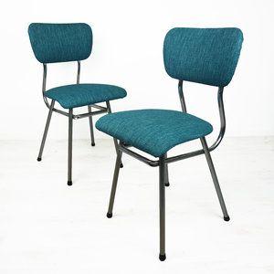 Set van twee petrol kleurige keukenstoeltjes. De stoelen zijn opnieuw gestoffeerd, waardoor ze er weer mooi uitzien. De stoeltjes hebben een metalen buizen frame.  Staat: goede vintage staat. Mate...