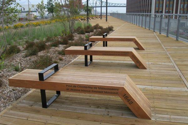 Le belvédère du Chemin-Qui-Marche a été inauguré le 17 septembre 2012 dans le Vieux-Montréal. Le mobilier en bois, créé spécifiquement pour le projet, s'inspire du langage ferroviaire, industriel et portuaire du lieu. Source photo : Wikipédia (Licence : Creative Commons / Auteur : Jean Gagnon)