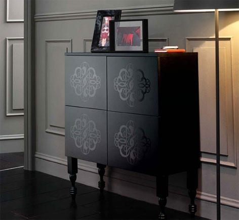 Mueble auxiliar negro de estilo antiguo