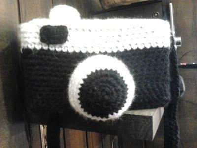 bolso en forma de cámara de fotos hecho de ganchillo