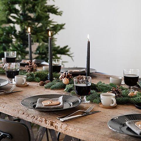 Lekkert bord, dekket til gløggfest! 📸: ? Vi har tipset om å bruke gamle dører som bord før, og her er en gammel treplate brukt. Rustikk, nostalgisk og vakkert. På Facebook får dere i dag en herlig oppskrift til helgematen 😘 -NB: giveaway trekkes fredag!! #julmedvibo #jul #tips #diy #borddekking