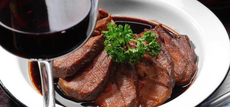 Carne guisada al vinto tinto