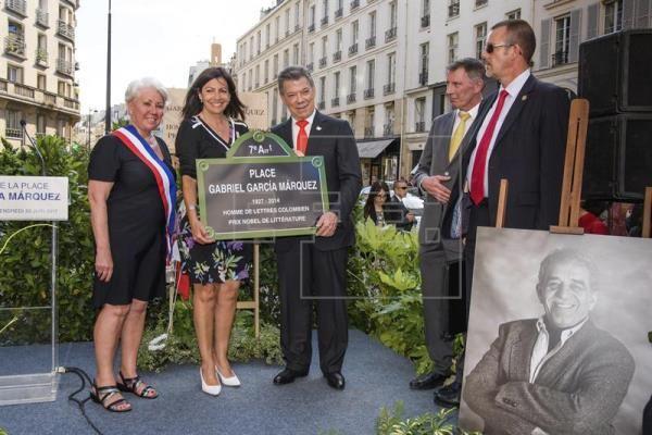 El presidente colombiano, Juan Manuel Santos (c), junto a la alcaldesa de París, Ana Hidalgo (2i), y la asistente de la alcaldesa Josiane Gaude (i) durante la inauguración de una plaza con el nombre del premio Nobel de Literatura colombiano Gabriel García Márquez, en París, Francia, hoy, 23 de junio de 2017. EFE