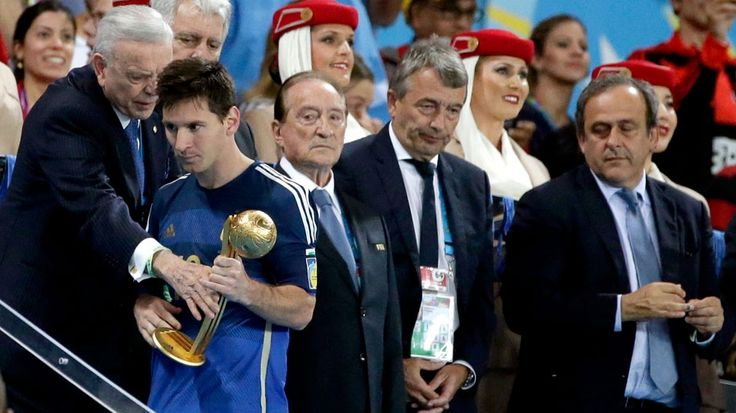"""Messi, no para la FIFA, sí para la gente.  La """"Pulga"""" fue elegida en el once ideal de los hinchas, que votaron por internet. Sin embargo, estuvo ausente en el equipo que armó la FIFA. http://mundial.popular.tv/noticias/1108-"""