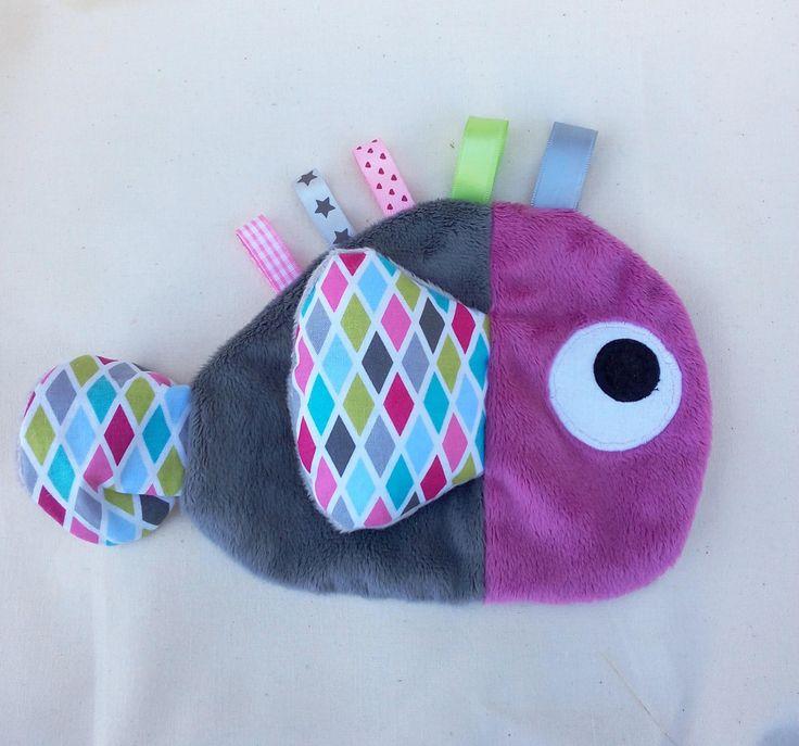 Doudou étiquettes en forme de poisson gris et fushia motif arlequin