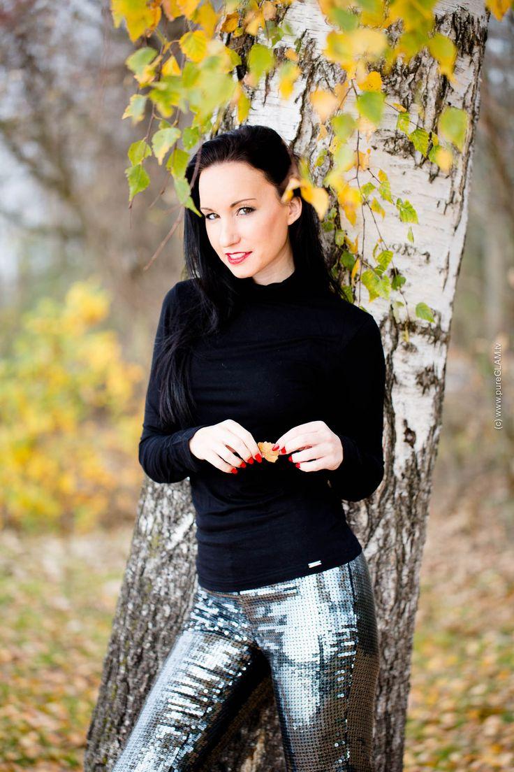 Herbstlook - Fashionblogger aus München im Herbst mit Pailettenhose von Victorias Secret und schwarzem Pullover von Wolford, kombiniert mit schwarzen Plateau Pumps von Helsar - Fashionblog / Modeblog Update