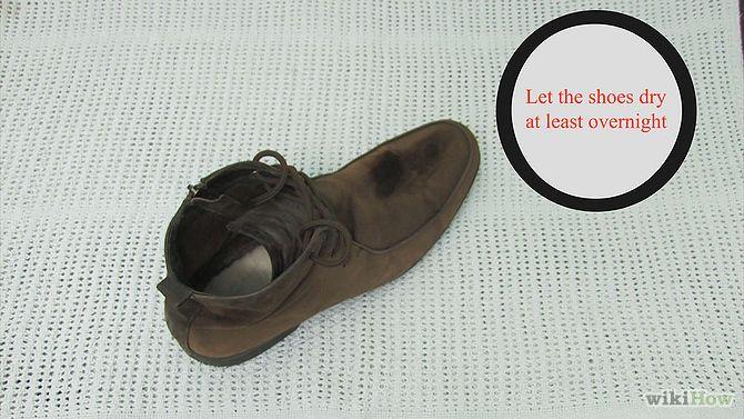Suède schoenen zijn erg gevoelig voor slijtage, krassen en vlekken, en iedereen die een paar suède schoenen heeft kan beamen dat ze moeilijk schoon te maken zijn. Kunnen jouw stappers een opknapbeurt gebruiken? Volg de stappen om ze er weer zo goed als nieuw uit te laten zien.