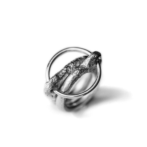 Flow-twee massieve grof bewerkte basisringen geven een derde ring +/- 20 mm houvast, from the jewellery label JUWEELTJES