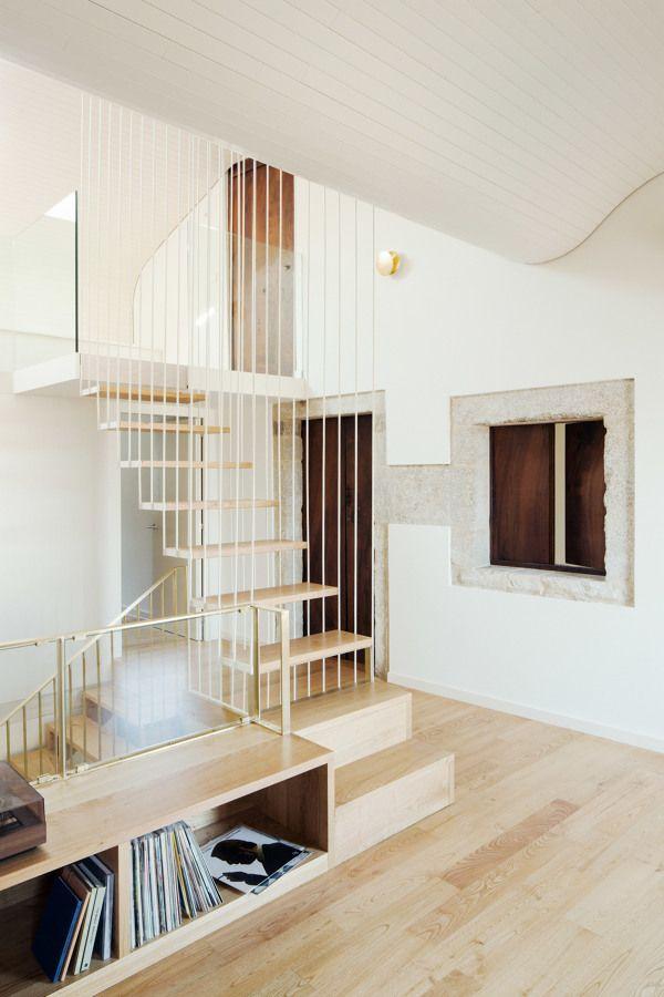 la reforma de una casa uhistricau que combina el blanco y la piedra