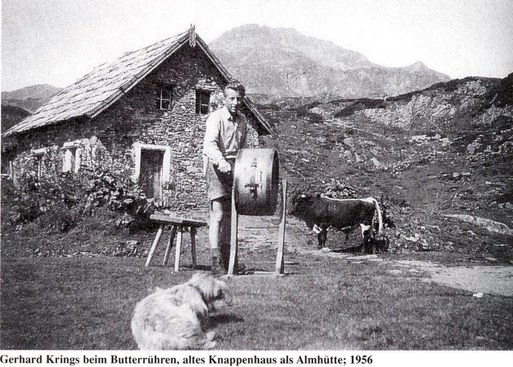 Gerhard Krings 1956 beim Butterrühren vor dem alten Knappenhaus in Obertauern, das damals als Almhütte diente.