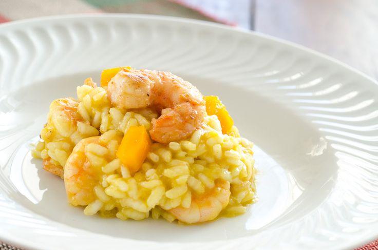 Receita ítalo-indiana. O risoto italiano com o toque do camarão com a manga. Muito bom! Excelente como prato único para um dia de verão! Experimente.