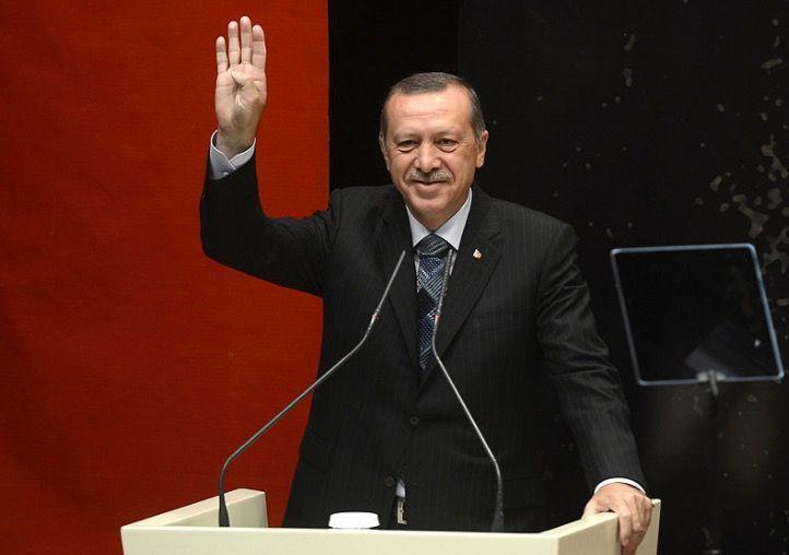 R4BIA.com (bron: Flickr). President Erdogan maakt het teken van de  Moslim Broederschap, de radicaal-islamitische organisatie die de sharia probeerde door te voeren in Egypte.   Erdogan: Doodstraf moeten we zo snel mogelijk invoeren in Turkije!