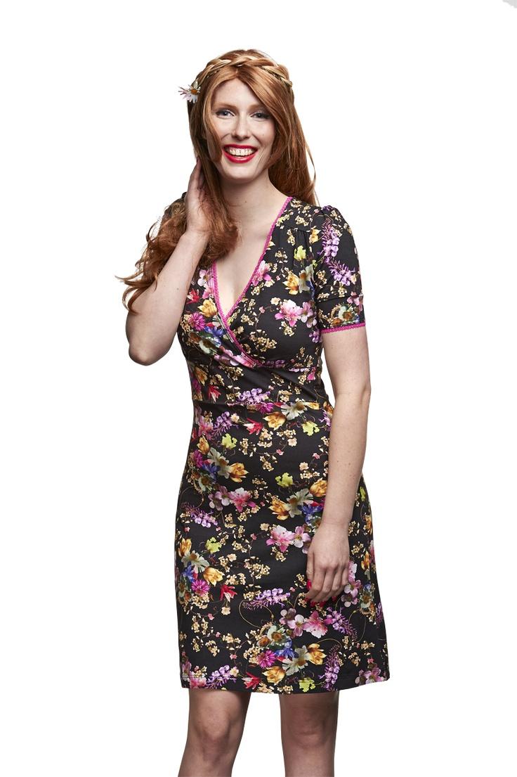 Mooi vrouwelijk jurkje met pofmouwtjes. Geinspireerd op de jaren 40, is het zelfde als jurkje Flora Blue, maar ipv een blauw kantje een roze kantje langs de hals. Kleed slank af door de band net onder de buste en de iets langere korte mouwtjes. Chique te