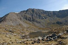 Llyn y Gadair (Tony Garofalo) Tags: wales rural walking landscape countryside nationalpark britain hiking rustic scenic snowdonia hillwalking cadairidris northwales penygadair llynygadair cyfrwyarete foxspath