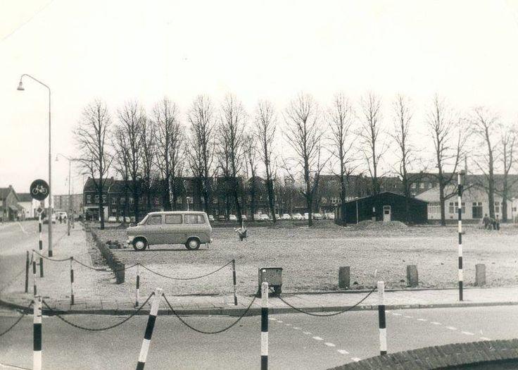 Hoek van de Odasingel en de Deken Haenraetsstraat in 1967. Rechts de barakken van de noodbehuizing van het Stadskantoor. Op de achtergrond parkeerplaats en de Paardestraat