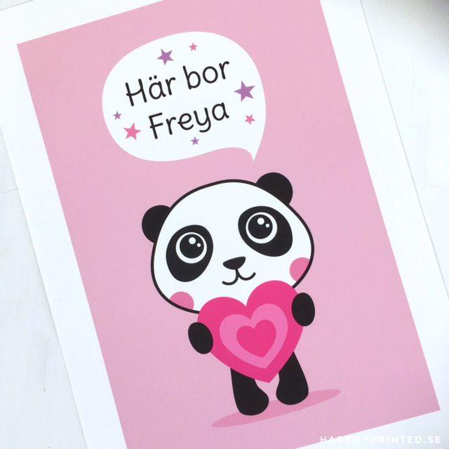 """Namntavla med söt panda. Text """"här bor"""" och personligt anpassat namn. Barntavlor för barnrum"""