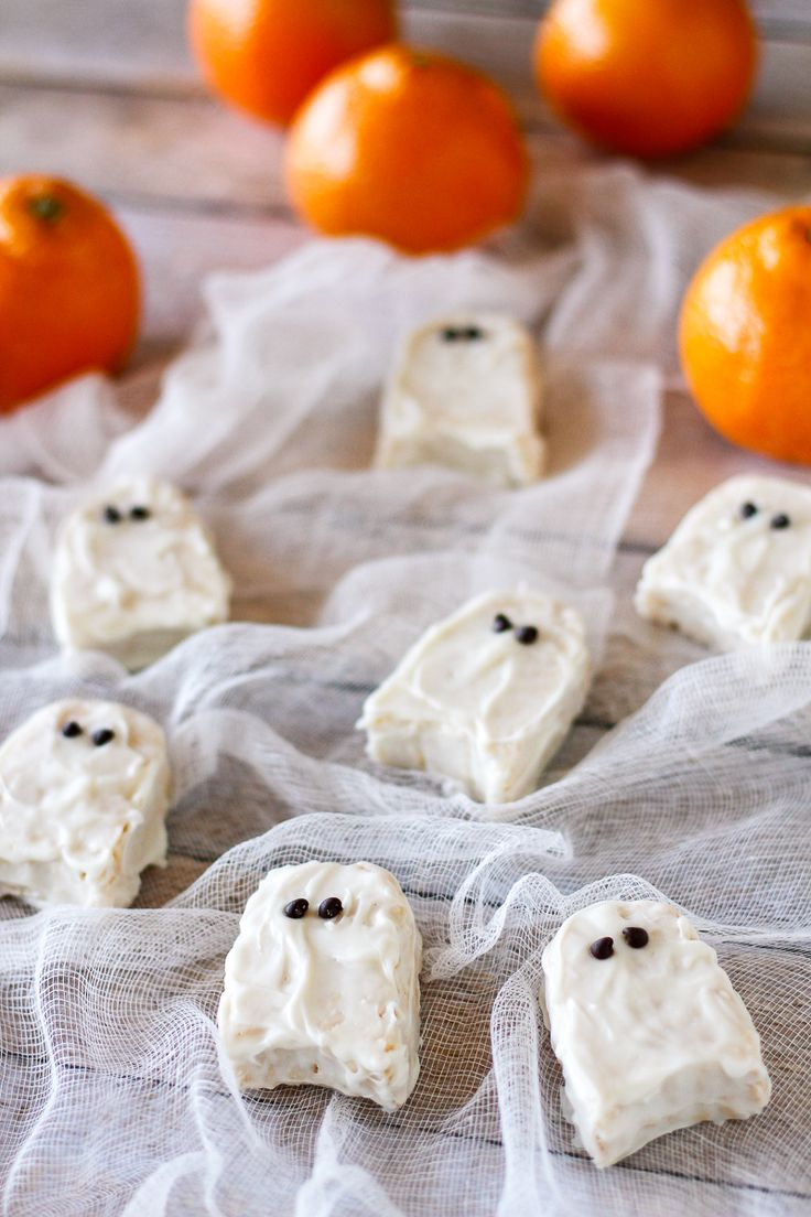 Halloween Rice Krispies Treats -- kids will flip for these sweet little rice krispie treats ghosts... You won't believe how simple they are to make!