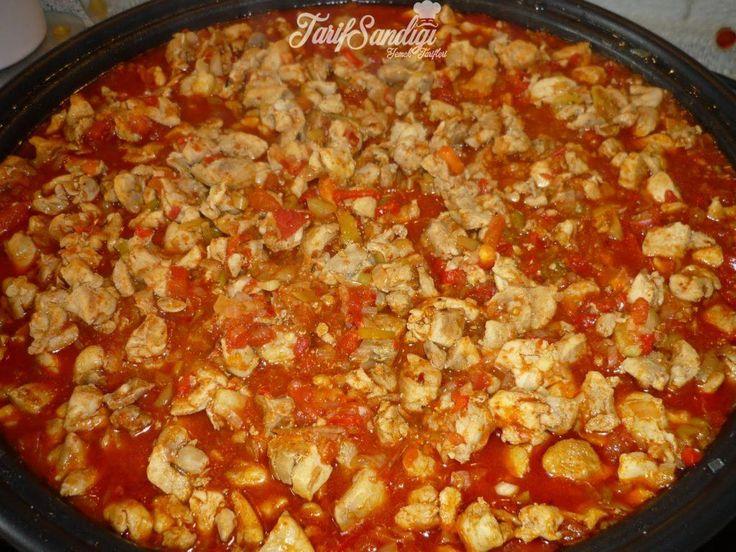 Malzemeler 1 tane kuru soğan 500 gram tavuk göğüsü 3-4 adet sivri biber 2 tane domates 1 tatlı kaşığı domates salçası 1 çay kaşığı köri Yarım çay bardağı ayçiçek yağı Tuz Karabiber