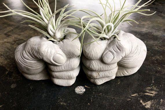 Fist Bump concreto plantadores sujetalibros por AnsonDesign