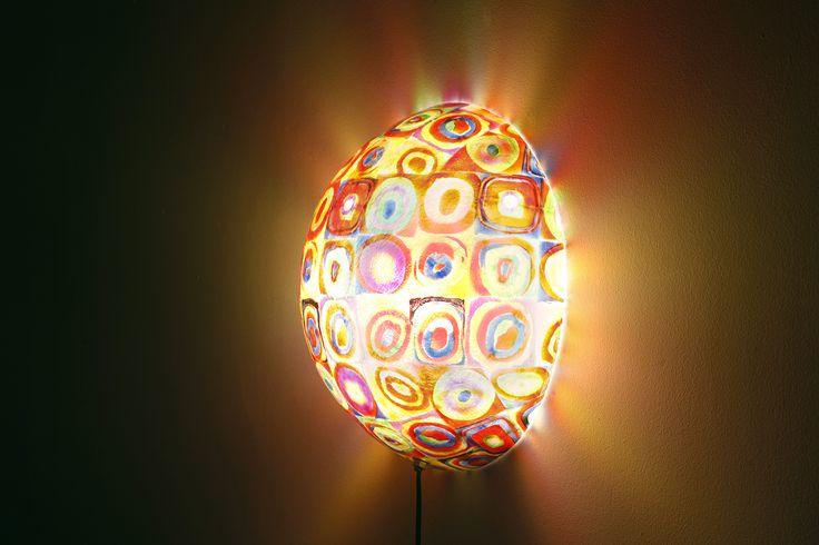 Χειροποίητο φωτιστικό τοίχου από fiberglass. Ελαφρύ κι ανθεκτικό, κρεμιέται πολύ εύκολα στον τοίχο με ένα λεπτό καρφάκι και συνδέεται στην πρίζα.  Διαστάσεις: 40cm (διάμετρος) 14cm (βάθος)  Ντουί: E27, βιδωτό. Μπορεί να φωτίσει όσο επιθυμείτε, ανάλογα με τα Watt που θα επιλέξετε να βάλετε.