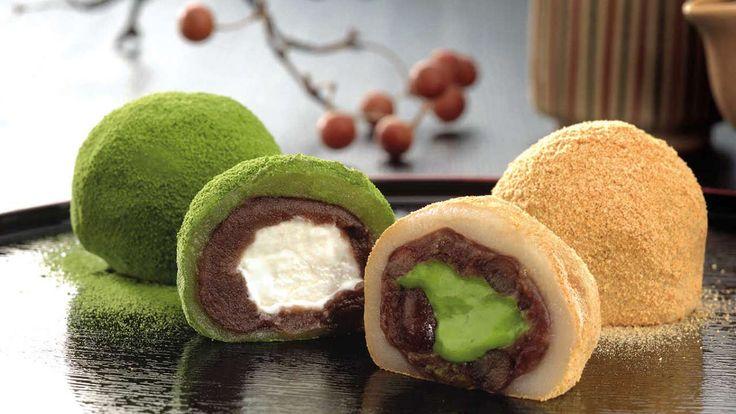 Мороженое в виде начинки. Посыпать чем угодно, например зеленым чаем.