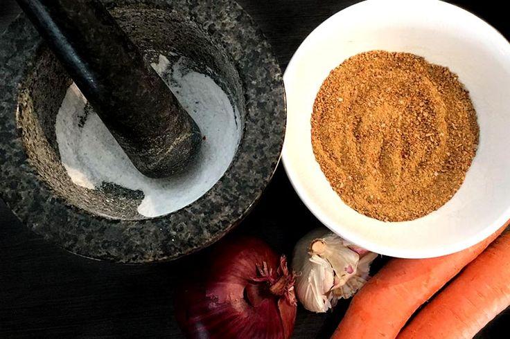 Seine Gemüsebrühe selber zu machen ist einfacher als man denkt und darüber hinaus auch noch gesünder. Brühe ohne Hefeextrakt & ohne Glutamat!