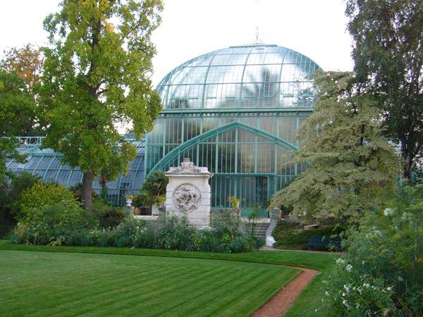 A l'ouest de Paris, dans le bois de Boulogne, il existe un site exceptionnel dont chaque centimètre du sol est inscrit à l'inventaire des Monuments historiques, ouvert toute l'année au public : le Jardin botanique des Serres d'Auteuil, l'un des quatre sites du Jardin botanique de la Ville de Paris.…la ville de Paris à l'intention de les détruire http://www.petitions24.net/a/10505