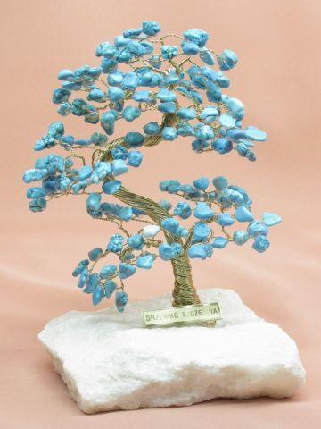 Drzewka szczęścia – wykonane z drutu, kamieni szlachetnych, pieniążków lub dawana też żywa roślina o nazwie grubosz (przypomina drzewko Bonsai)
