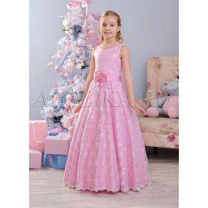 Восхитительное нарядное платье для девочек. Лиф без рукавов и пышная длинная юбка покрыты сеткой с изумительной вышивкой. Дополняет модель атласный пояс с цветком и пряжкой со стразами. Производитель оставляет за собой право изменения дизайна отделки, фур
