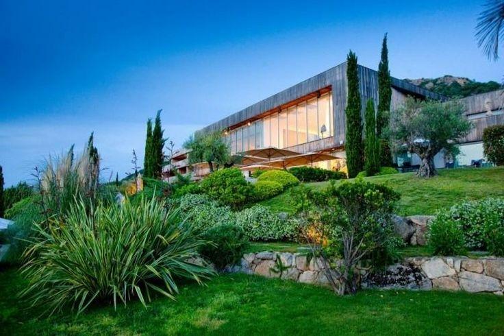 bonito jardin aterrazado con muros de contencion piedras