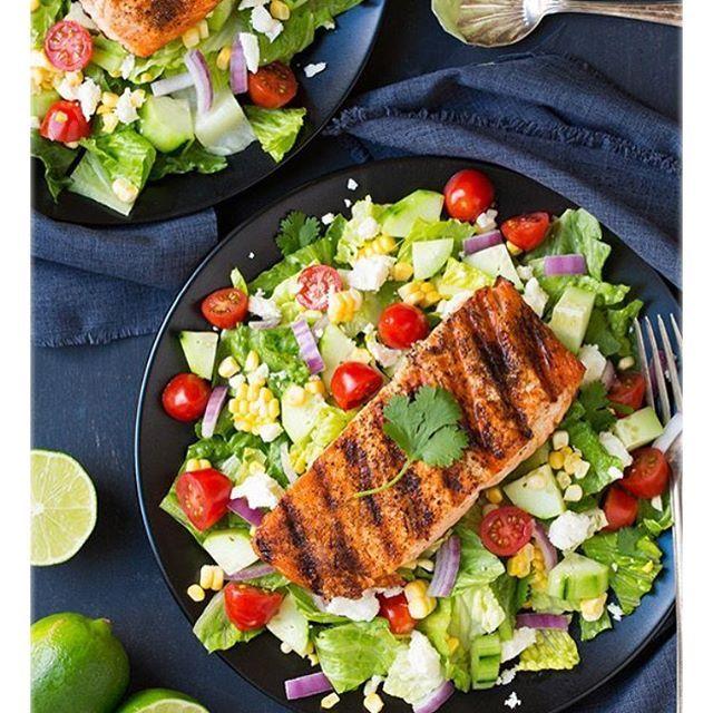 Ensalada de salmón a la parrilla ingredientes Salmón 4 (5 - 6 En onzas) de salmón filetes sin piel 1 cucharadita de polvo de chile ancho(opcional) 1 cucharadita de comino molido 1/2 cucharadita de pimentón 1/2 Cdita cebolla en polvo 1 1/2 cucharadas de aceite de oliva Sal y pimienta molida 1 limón, reducido a la mitad Ensalada 1 cabeza de lechuga Romana 10 oz tomates cherrys cortados a la mitad 1 pepino, pelado y picado 1 1/2 tazas de maíz dulce cocido 1/2 cebolla morada en rodajas 1...