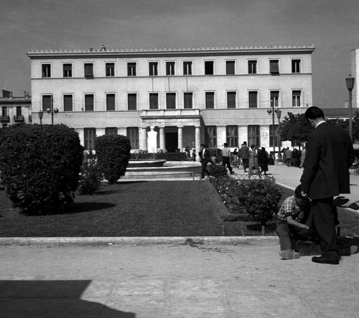 Walter Schröder, δεκαετία 1950, Αθήνα, λουστράκος στην Πλατεία Κοτζιά με φόντο το Δημαρχείο.