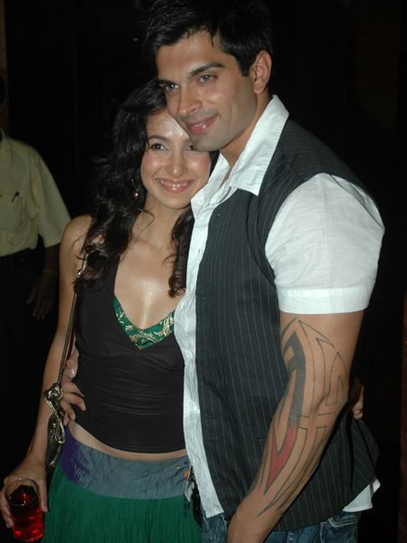 Karan Singh Grover & Shraddha Nigam: Karan Singh Grover and Shraddha Nigam who found love on the sets of the popular TV show Dill Mill Gayye got married in a hush-hush ceremony at a gurudwara with only close family members in attendance.  Although the marriage only lasted ten months, everyone got to know about it way later.