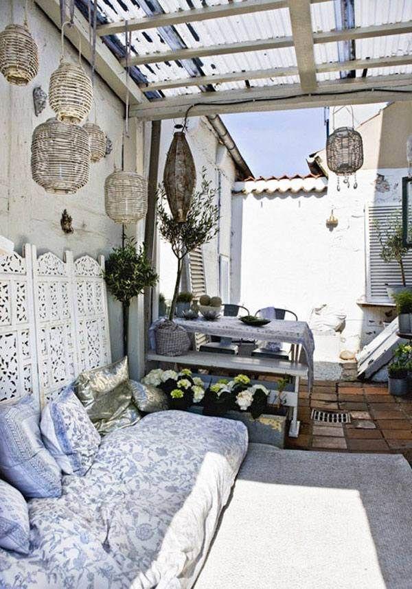 déco terrasse de style bohème avec lanternes et housse de canapé à motifs fins