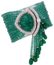 """Pulseira com fios de esmeralda e fecho em ouro branco 18k, uma grande esmeralda """"carved"""", brilhantes e franja com fios e pequenas gotas de esmeraldas"""