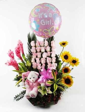 Hermoso arreglo floral de rosas, girasoles y lirios, acompañado de un delicado peluche y globo metálico. Para niño o nina.